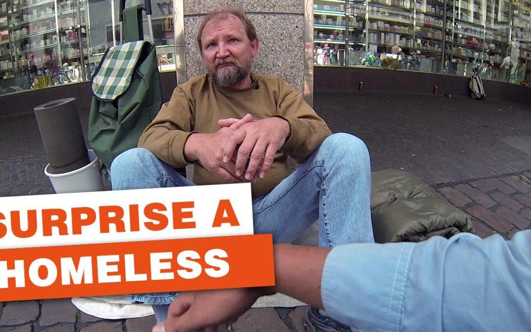 Drei Studenten überraschen einen Obdachlosen