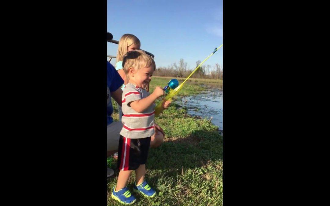 Junge fängt Fisch mit Spielzeugangel