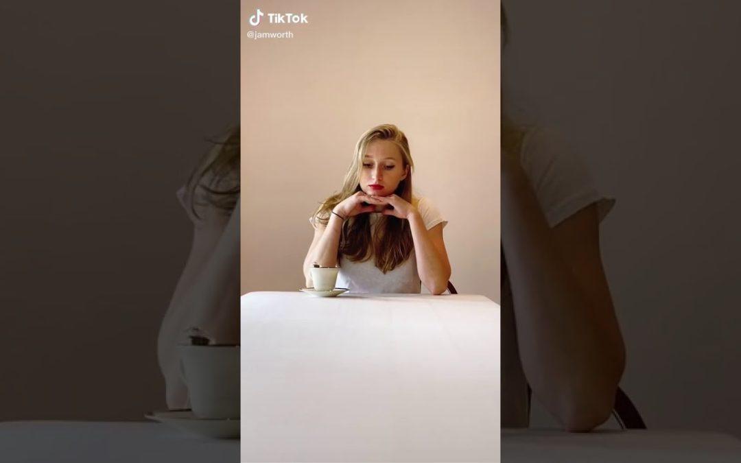 Ein T-Shirt aus Teebeuteln genäht